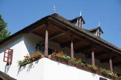 Взгляд сельскому крылечку верхнего этажа дома детальный стоковые изображения rf