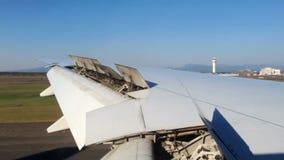 Взгляд сиденья у окна посадки аэроплана Timelapse снаружи сток-видео