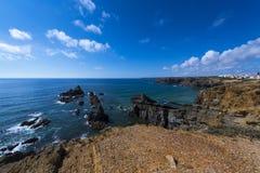 Взгляд скал и море вокруг деревни Zambujeira повреждают в Alentejo, Португалии Стоковая Фотография