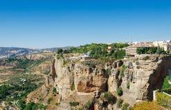 Взгляд скал и домов на крае скал в старом городе Ronda, Андалусии, Провансали Малаги, южной Испании Стоковые Изображения