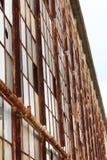 Взгляд смотря вверх заржаветых оконных рам стоковая фотография