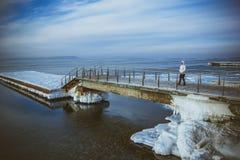 Взгляд снега покрыл пристани на замороженном голубом небе Стоковое Изображение RF