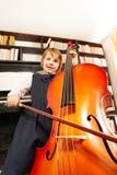 Взгляд снизу девушки в платье играя на виолончели Стоковое Фото