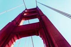 Взгляд снизу моста золотого строба в Сан-Франциско, Californ стоковое фото rf
