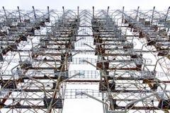 Взгляд снизу радиолокатора Duga искусственное coold chernobyl банка вниз засевает река травой реактора высокорослое к используемо стоковая фотография rf