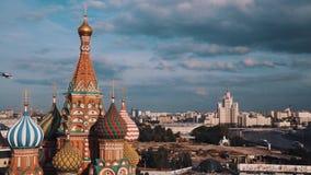 Взгляд собора ` s базилика Святого живописный города Москвы сток-видео