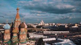 Взгляд собора ` s базилика Святого сценарный панорамный города Москвы сток-видео