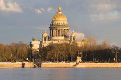 Взгляд собора St Исаак, вечер в апреле Исторический ориентир ориентир города Санкт-Петербурга стоковые изображения