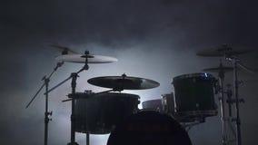 Взгляд современного набора барабанчика в закоптелой студии сток-видео