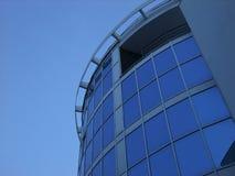 Взгляд современной здания покрашенного синью сделанного из стекла Стоковые Фото