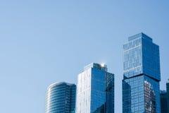 Взгляд современных высокорослых небоскребов в деловом центре города Москвы против предпосылки голубого неба, современных офисных  Стоковое Фото