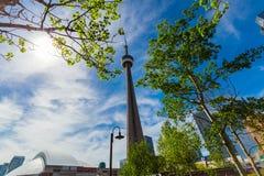 Взгляд современных стильных архитектурноакустических зданий, башня CN и предпосылка skydome в районе центра города Торонто Стоковые Изображения