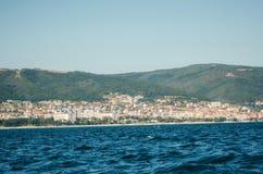 Взгляд солнечного пляжа от моря с плавая шлюпкой, Болгарией стоковые изображения