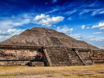 взгляд солнца пирамидки луны Мексики teotihuacan за солнцем шага пирамидки Мексики расстояния более малым teotihuacan Стоковая Фотография RF