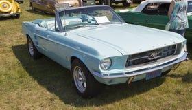 Взгляд со стороны 1967 автомобиля с откидным верхом Ford Мustang Aqua голубой Стоковая Фотография