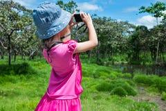 Взгляд со стороны азиатской девушки ослабляя outdoors во времени дня, trave Стоковое Фото