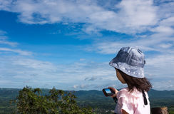 Взгляд со стороны азиатской девушки ослабляя outdoors в дневном времени, перемещении Стоковая Фотография RF