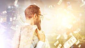 Взгляд со стороны бизнесмена под дождем доллара в городе Стоковая Фотография RF