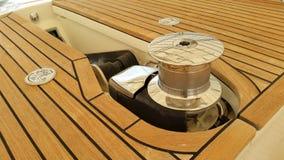 Взгляд со стороны выведенный брашпилем с предпосылкой палубы teak Стоковые Фотографии RF