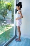 Взгляд со стороны девушки смотря через окно Стоковые Фотографии RF