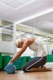 Взгляд со стороны женщины делая тренировку фитнеса в спортзале Стоковое Изображение RF