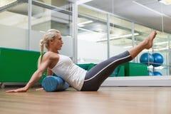 Взгляд со стороны женщины делая тренировку фитнеса в спортзале Стоковые Фото