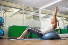 Взгляд со стороны женщины делая тренировку фитнеса в студии фитнеса Стоковое Изображение