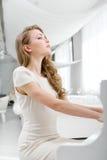 Взгляд со стороны женщины играя рояль Стоковое Изображение RF
