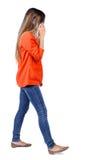 Взгляд со стороны женщины идя с мобильным телефоном Стоковые Фотографии RF