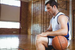 Взгляд со стороны заботливого баскетболиста Стоковые Фото