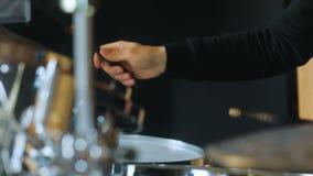 Взгляд со стороны играя барабанщика, барабанчиков и барабанчик-плит сток-видео