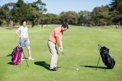 Взгляд со стороны игрока в гольф принимая съемку Стоковое фото RF