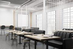 Взгляд со стороны интерьера кафа с решеткой и черными софами стоковые фото