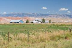 Взгляд со стороны и сельскохозяйственное угодье страны сельского района на Вайоминге США Стоковое Фото