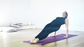 Взгляд со стороны йоги женщины практикуя видеоматериал