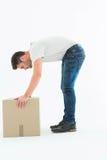 Взгляд со стороны картонной коробки рудоразборки работника доставляющего покупки на дом Стоковые Изображения
