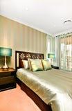 Взгляд со стороны королевской кровати которая имеет подушки лоска и кровать sh Стоковые Фото