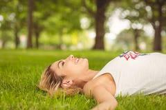 Взгляд со стороны красивой женщины лежа на траве Стоковое Изображение RF