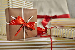 Взгляд со стороны кучи настоящих моментов подарков обернутых в выровнянной упаковочной бумаге Стоковое фото RF