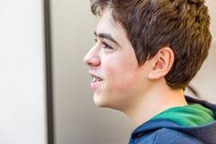 Взгляд со стороны мальчика с расчалками Стоковая Фотография