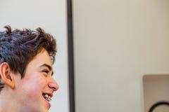 Взгляд со стороны мальчика с расчалками Стоковые Фото