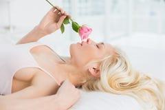 Взгляд со стороны милой женщины в кровати с поднял Стоковое Изображение RF