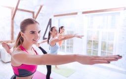 Взгляд со стороны милых женщин делая гимнастику Стоковые Фотографии RF