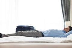 Взгляд со стороны молодого бизнесмена спать в гостиничном номере Стоковое Фото