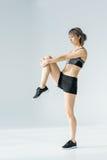 Взгляд со стороны молодой атлетической женщины в sportswear работая и смотря прочь Стоковое Фото