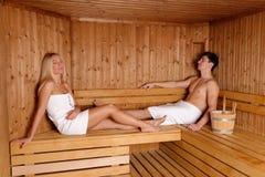 Молодые пары наслаждаясь сауной Стоковое Изображение