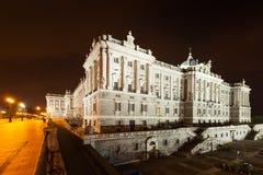 Взгляд со стороны ночи королевского дворца Стоковые Фотографии RF