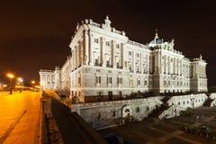 Взгляд со стороны ночи королевского дворца стоковая фотография rf