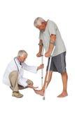 Взгляд со стороны доктора при старший человек используя ходока Стоковое Фото