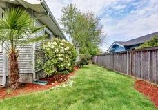 Взгляд со стороны дома мастера с деревянной загородкой Стоковые Фото